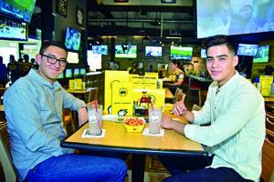 02052018 EN SU RESTAURANTE FAVORITO.  Daniel y Andrés.