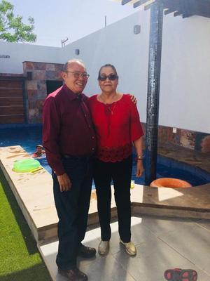 02052018 MUCHAS FELICIDADES.  Manuel Torres con su esposa, Romelia, en su festejo por sus 76 años de vida.