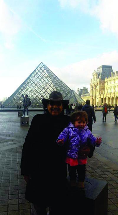 Jesús y su pequeña nieta, Isabela, en el Museo de Louvre.