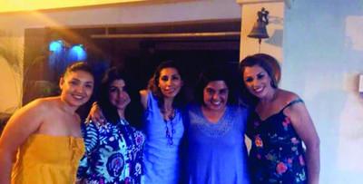 Hayde Lavenant, Elisa Arredondo, Gabriela de Moreno, Carmen de los Santos y Edith Ibarra celebrando el cumpleaños de Gabriela Ceballos.