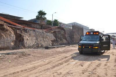 Fue a las 8:30 horas de hoy que en la obra Paso Inferior que se construye como parte de la modernización del bulevar Torreón-Matamoros, tramo 2 se registró un desprendimiento en el talud del lado norte de una excavación que se realizó para la construcción de un muro estribo.