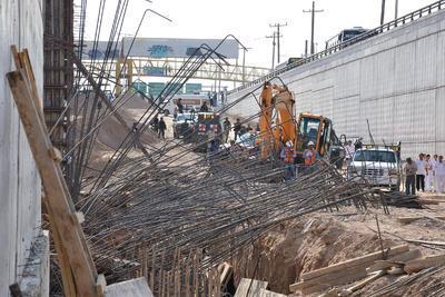 El desprendimiento en el talud del lado norte del Metrobús en Torreón no afectará los tiempos de ejecución de la obra, informó el Gobierno del Estado.