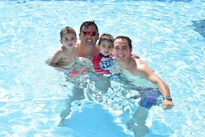 04052018 MITIGAN EL CALOR.  Papás con sus hijos disfrutando de un día de sol.