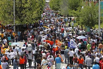Largos mares de personas abanderadas con los colores de la coalición abarrotaron las calles.