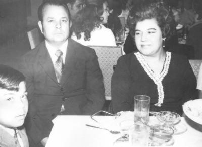 06052018 Ing. Roberto Schumm con sus papás, Roberto Schumm (f) y Guadalupe Cerpa (f), en un convivio hace más de tres décadas..
