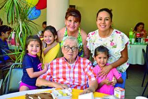 07052018 CELEBRA SU CUMPLEAñOS.  Jesús Zamora Pérez acompañado de su familia.