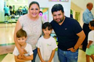 07052018 EN EL MALL.  Teresa, Salvador, Elías y Regina.