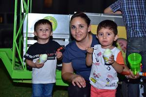 10052018 DE FIESTA.  Salvador, Mónica y Gael.