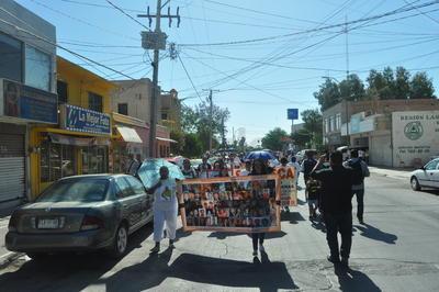 El contingente caminó en sentido contrario por la avenida Juárez y durante el trayecto los automovilistas se mostraban asombrados y otros más daban muestras de apoyo.