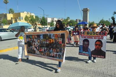 El contingente conformado por decenas de familiares salió de la Alameda Zaragoza rumbo a la Plaza Mayor, de donde regresarán rumbo al Memorial del Desaparecido de la misma Alameda.