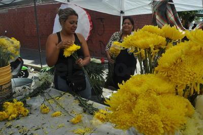 A las afueras del panteón se pusieron a la venta diversas flores para las tumbas.
