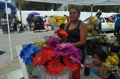 La venta de flores se colocó a las afueras del panteón.