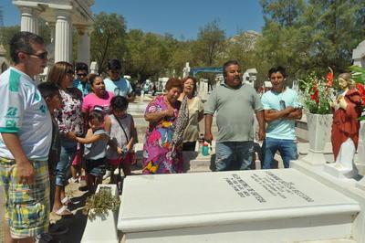 Laguneros acudieron al panteón a recordar a sus madres.