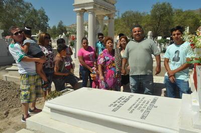 La familia Ortega, quienes cantaron a los pies de la tumba de doña Belén melodías como Amor Eterno y Dos Coronas a mi Madre y otras más, para recordar que en vida siempre le gustó la música.
