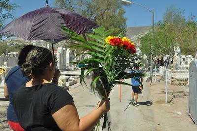 Cientos de laguneros se dieron cita en el Panteón Municipal de Torreón para recordar a esas madres de familia que aunque ya no se encuentran físicamente, viven en los corazones de sus seres queridos.