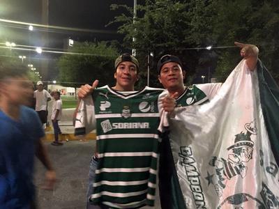 Los hinchas albiverdes festejan en las calles de la ciudad de Torreón.