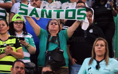Las bufandas con la leyenda 'SANTOS' fueron alzadas entre manos para felicitar a su equipo tras la victoria.