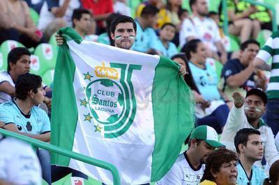 Las banderas con el escudo de Santos en el centro parte del colorido ambiente en el Estadio Corona.