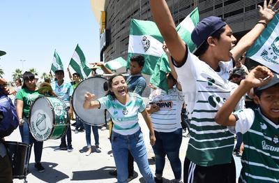 Al ritmo bombos, tarolas y trompetas, las banderas albiverdes ondearon con los cánticos de los aficionados.