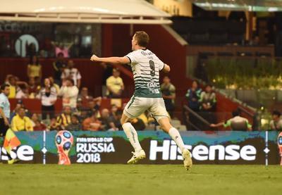 Julio Furch festeja el gol de Jesús Isijara, que elimina completamente al América.