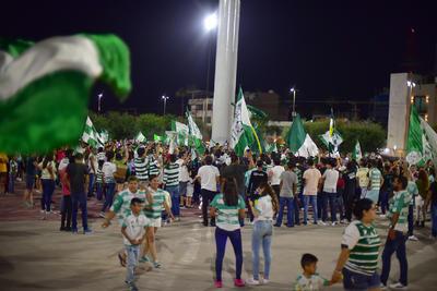 Aficionados ondearon sus banderas.