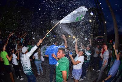 Una de las mayores concentraciones de personas se registró en la Alameda y Plaza Mayor de Torreón donde la alegría por algún momento se vio opacada por dos grupos de pseudoaficionados que se enfrentó entre sí con cohetones, botes de cerveza y espuma debido a que querían ocupar el mejor lugar para festejar.