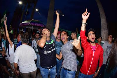 Jóvenes celebraron el pase de Santos.
