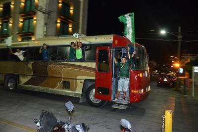 Por las calles de las principales vías tanto de Torreón, Gómez Palacio y Lerdo se observaron a los automovilistas que desfilaban haciendo sonar sus claxon y ondeando banderas del equipo local.