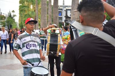 En el Paseo Moreños se congregaron cientos de aficionados.