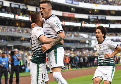 Los jugadores de Santos celebran el gol del 'Cabecita'.