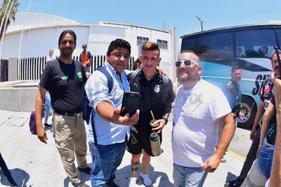 Al tiempo que llegaron, jugadores del equipo, entre ellos Lozano, tuvieron tiempo para tomarse fotos con la afición.