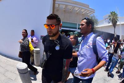 El guardameta Jonathan Orozco camina rumbo al autobús que los llevará al Estadio Corona.