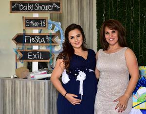 Con su mama Gloria Vargas