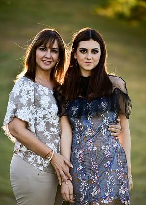 Con su mama Lorena Arellano