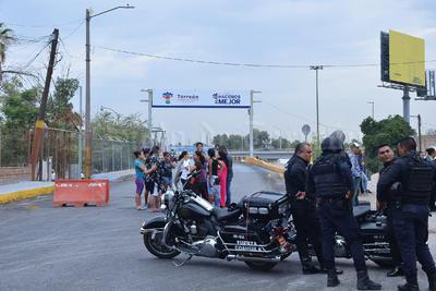 El tráfico procedente de Gómez Palacio tuvo que ser desviado por abajo del puente hasta el bulevar Río Nazas para tomar luego la Falcón y entrar a la ciudad.