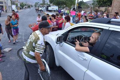 Cientos de autos y camiones de transporte expresaron su molestia ante el bloqueo.