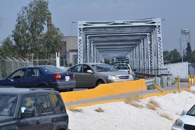 Se creó un caos vial, autos que venían de Gómez Palacio tuvieron que ser desviados por debajo del puente.