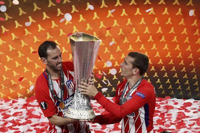 Diego Godin y Antoine Griezmann levantando la copa después de la final.