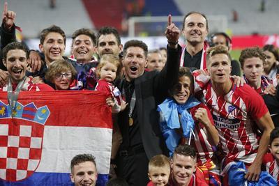 El técnico argentino Diego Simeone junto al Club Atlético de Madrid, celebrando su victoria.