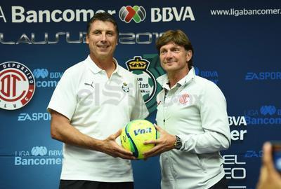 Robert Dante Siboldi, director técnico de Santos, junto a su similar, Hernán Cristante, sosteniendo el balón de la gran final.