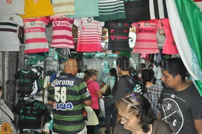 En 'La Pulga' y los mercados también la venta de artículos sobresalen, y las playeras tanto para hombre como para mujer.