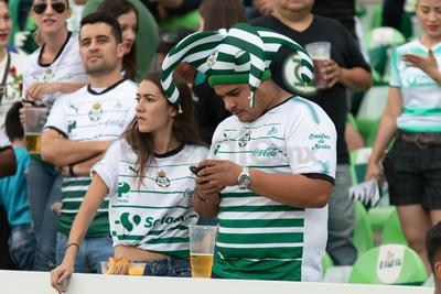 Conforme arrancaba el encuentro, y por la hora, los aficionados hacían acto de presencia en el estadio.