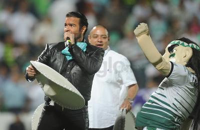 Fue en el protocolo que Pablo Montero entonó el Himno Nacional, mientras el Guerrero lo acompañaba