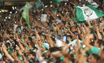 Con linternas de celular y banderas, los aficionados no pararon de alentar.