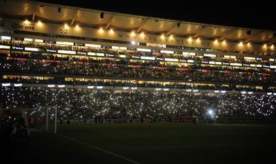 Terminado el encuentro, como en aquella final de ida contra Querétaro, las luces se apagaron y los aficionados entonaron fervientes el himno del conjunto.