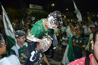 Tras la victoria de Santos en el Estadio Corona, los aficionados se dieron cita en la Plaza Mayor.