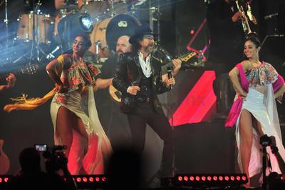 """Cuatro bailarinas irrumpieron el escenario para acompañar a Marco Antonio con el tema """"Tu me vuelves loco""""."""