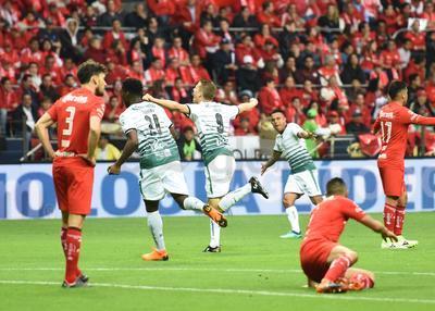 Al minuto 10, en una sorpresiva jugada del Santos el argentino Julio César Furch abrió el marcador con un tiro raso de fuera del área.