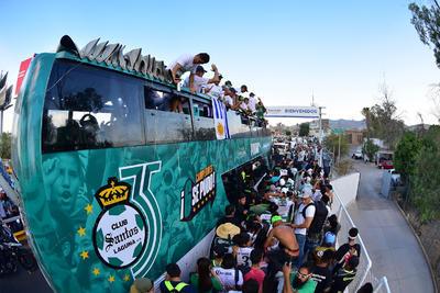 Los aficionados, que no paraban de apoyar, caminaron a la par de los Guerreros que iban en lo alto del autobús con el escudo de 6 estrellas.