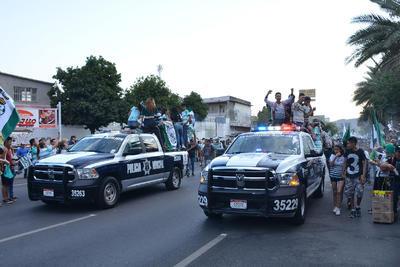 Vehículos de la Dirección Pública de Seguridad Municipal fueron utilizados como transporte por la afición dentro de las calles de Torreón.